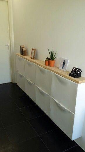 Een opgeruimde hal d.m.v. Ikea kastjes en een houtenplank van de Karwei.