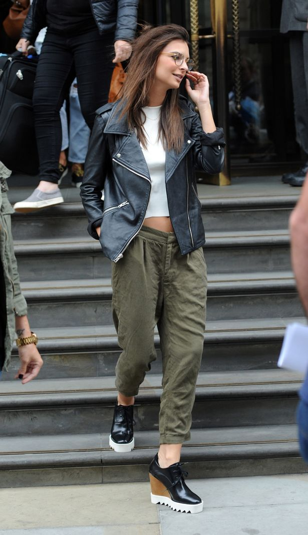 cruisy does it. #EmilyRatajkowski in NYC.