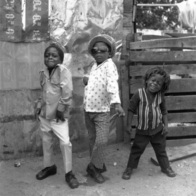 Muchachos posando para la cámara, Jamaica.