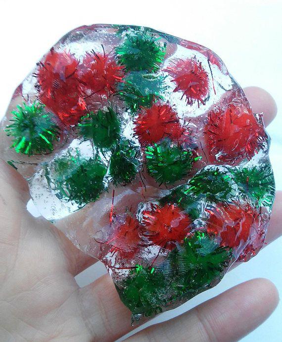 Ce vase de paillettes de Noël a une texture. Cette caractéristiques de slime Noël chatoyant clairement de vase et de pompons rouge et vert métallique. Cette pom vacances; slime pom est magique et incroyable de voir dans la lumière. Ce vase de vacances est souple et grand pour la