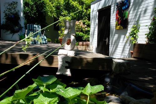 """Da sitzt er und hofft.....  und die Goldfische freuen sich über diesen Besuch.  Die Skulptur Hope in freier und """"artgerechter"""" Haltung der Kunstagentur Bild & Raum"""