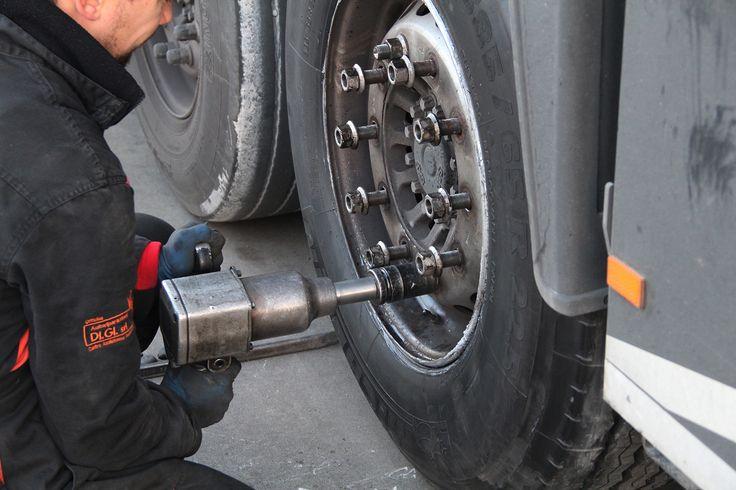 Cambio pneumatici a veicoli industriali