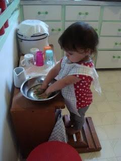 Presentation  - sätt på ett förkläde  - Fylla vatten i kannan   - Häll vattnet i tvättfatet  - Ta tvål, tvätta händerna  - Skölj i samma vatten  - Torka händer på handduken, häng upp den igen.  - Häll ut vattnet i hinken  - Använd trasa för att torka bord, handfat golv etc. ..    Det kan vara bra att placera en handduk på golvet för barnet att stå på. (mindre halt) De kan spendera en lång tid med tvåldelen, upprepa delar om och om igen eller förlora intresset i mitten. Allt detta är okej.