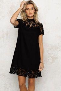 Zwarte jurk voor een chique look tijdens de feestdagen. Like it? Bekijk onze blog voor meer tips en outfits voor de feestdagen!