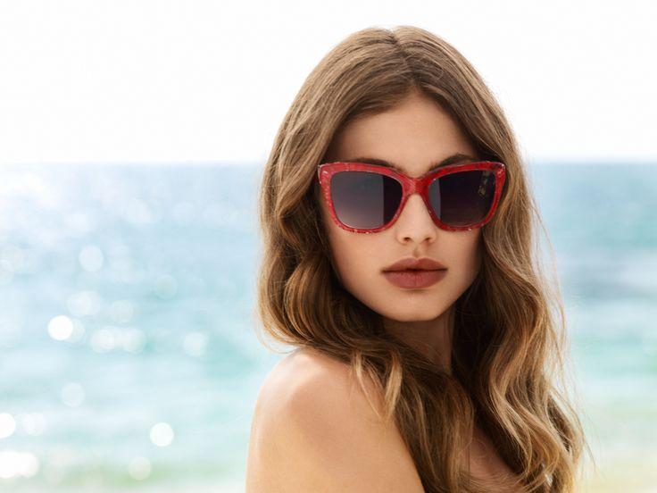 Vekk oppsikt med solbriller fra #DolceGabbana - røde silkeblonder støpt inn i transparent acetat