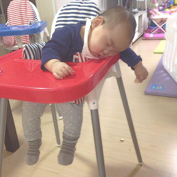 . 과자 먹다가  잠든 알감자 . #왼손에꼭쥔과자 #9개월 #9개월아기 #육아 #딸둥이 #쌍둥이  #baby #あかちゃん # #twin #双子 #ふたご #そうし #아기 #bebé #niño #niña