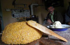 Secretele celor mai bune mâncăruri făcute la stână. Cum gătim balmoşul, jintiţa, sloiul de oaie şi bulzul - reţete păstrate de sute de ani | adevarul.ro
