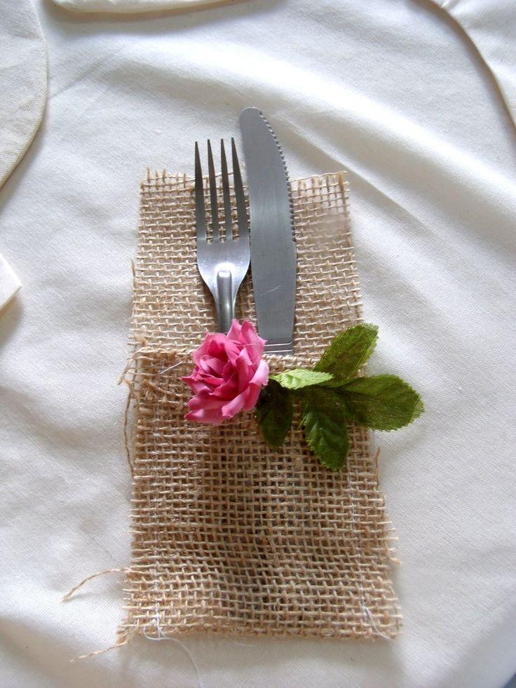 Porta Talheres para decoração da sua mesa na recepção de convidados!    Pode ser usado para casamento no campo e na praia!    Feito em juta com decoração de flor artificial!    Pode ser feito com outro detalhe, mande-nos sua ideia que analisamos.    Acima de 50 unidades desconto, consulte!