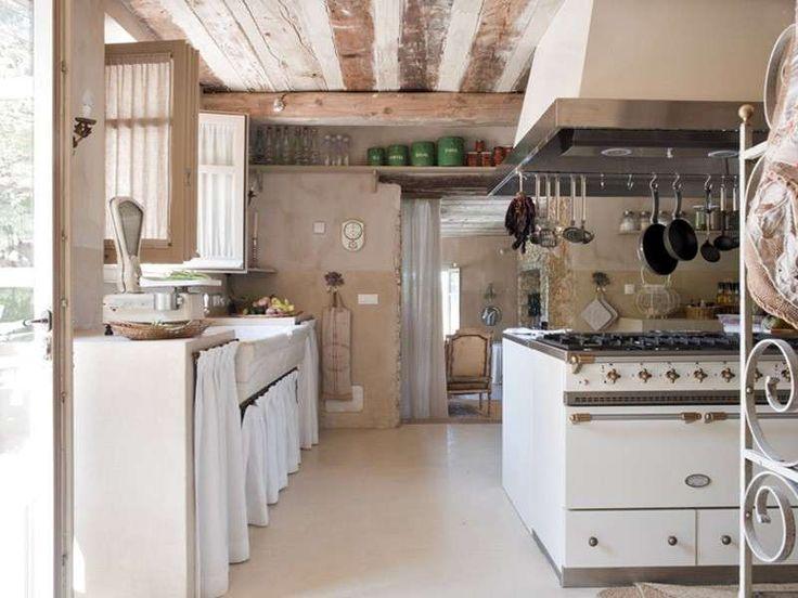 Cucina in stile country - Le pentole da appendere