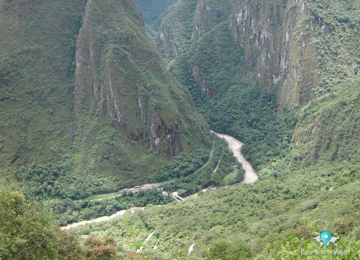 """Viajando de trem para Machu Picchu. O trem é o único transporte publico que leva até a cidade de Aguas Calientes.  Most people visiting Machu Picchu tend to go by train. As the train is the only """"public"""" transport that actually reaches Aguas Calientes."""