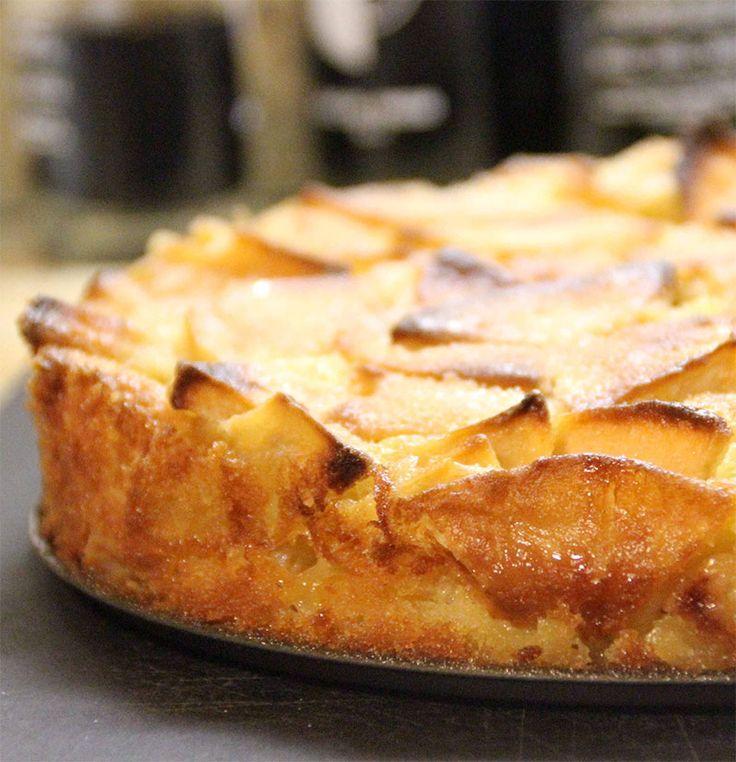 """Hemen pratik olarak servis yapabileceğiniz """"Elmalı Kek"""", afiyet olsun. http://www.lezzetlim.net/elmali-kek-tarifi.html"""