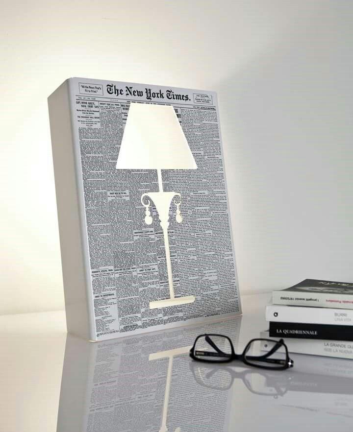 Una lampada… senza la lampada! O un quadro d'arte contemporanea? Decidete voi. La luce di OLD SLIM NY TIMES è generata da led e viene emessa dal taglio della lastra verticale. http://www.lamur.biz/index.php/it/