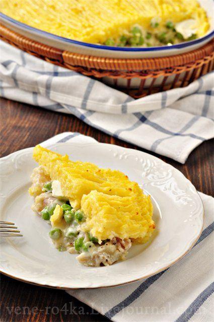 Запеканка с рыбой, зелёным горошком и картофельным пюре.