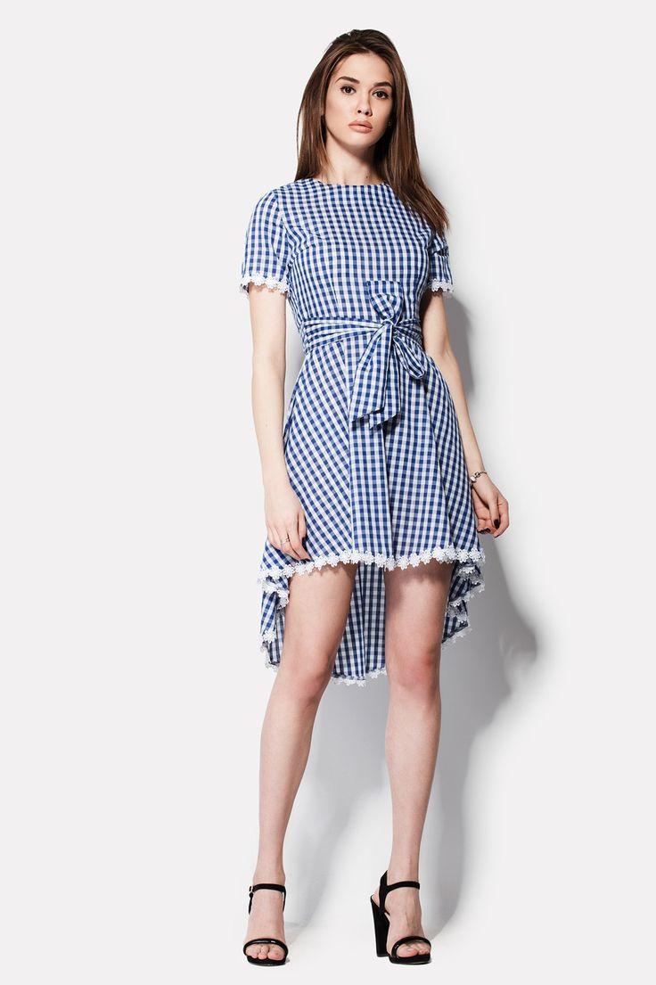 Хлопковое белое платье MARKELL с синей клеткой в качестве расцветки ткани. Наряд с плавным переходом к удлиненной сзади юбке и короткими рукавами украшено белоснежным кружевом. Выреза декольте нет, зато на спинке имеется вырез капелькой с пуговицей. Талию можно подчеркнуть тканевым поясом, который входит в комплект с нарядом.