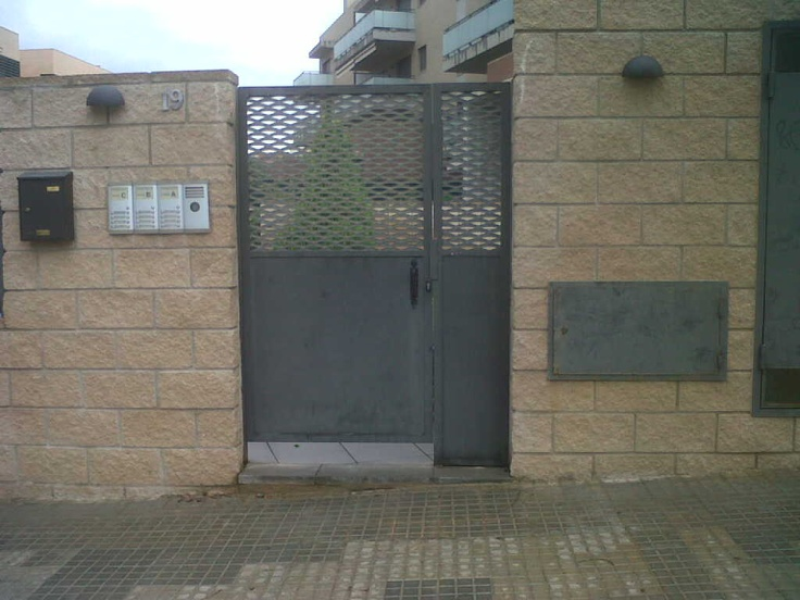 Puerta peatonal de 2m00 de alto y 1m00 de ancho con fijo lateral de 0m30. - www.vinuesavallasycercados.com