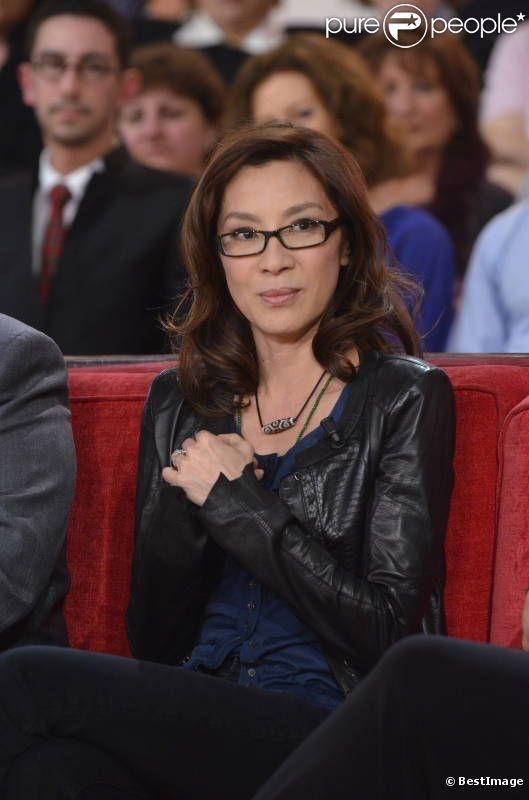 Michelle Yeoh ... Michelle Yeoh (ou Michelle Khan) (son nom chinois est 杨紫琼, Yeoh Choo Kheng), surnommée « la Jackie Chan au féminin », est une actrice et productrice malaisienne de cinéma d'arts martiaux née le 6 août 1962 à Ipoh en Malaisie. Elle est considérée comme « la reine du cinéma d'action asiatique, catégorie poupée flingueuse ». Elle fut James Bond girl dans Demain ne meurt jamais.