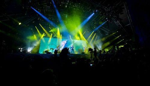 グラストンベリー・フェスティバル ─ピルトン・イギリス 集客数18万人を誇る大規模な野外ロック・フェスティバル。ロック音楽だけでなく、サーカスや演劇、ジャズ、レゲエ、ダンス、映画も上映される。  死ぬまでに一度は体験しておくべき世界20のお祭り&フェスティバル:らばQ