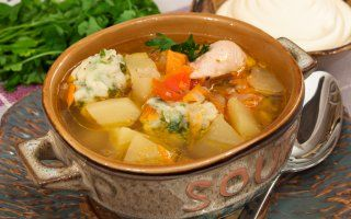 Очень-очень вкусный суп! Особый вкус ему придают клецки с зеленью. Зелень можно использовать любую, мне очень нравятся клецки с петрушкой.