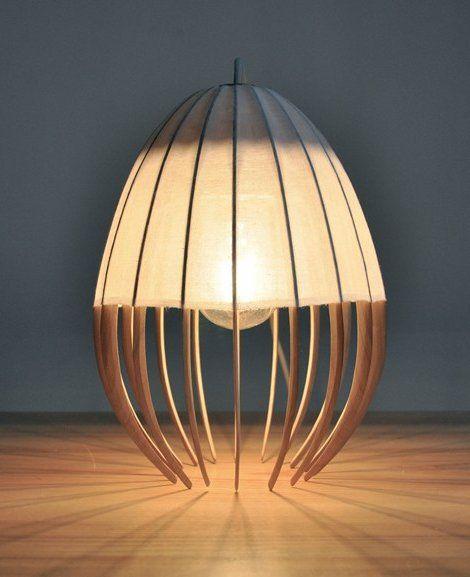 Lampe OE en coton d'Anna Leymergie (1987), architecte d'intérieur française (fille de William Leymergie animateur de TéléMatin sur Antenne2). Cette lampe peut être posée ou suspendue.
