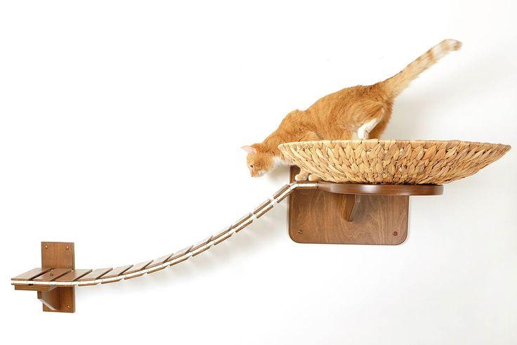 Kattenmand muurset is inclusief hangbrug en mand om aan de muur te bevestigen. De kat kan hiermee van boven naar beneden kijken. Zoals het hoort.