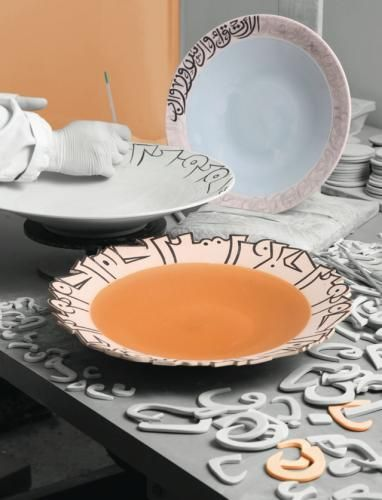 Outlining a plate's rim with Arabic calligraphy