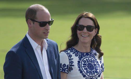 Prinssi William ja herttuatar Catherine Taj Mahalissa - poseerasivat samassa paikassa kuin prinsessa Diana 24 vuotta aikaisemmin