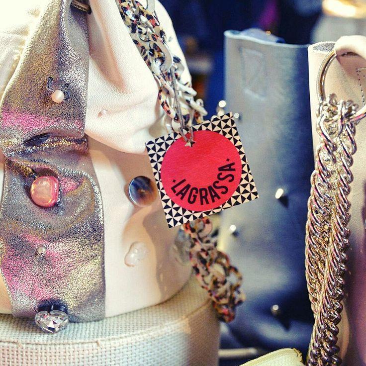 Borsa-gioiello di dimensione media fatta di strisce di pelle nei diversi toni del bianco e una striscia in pelle metallizzata con tante applicazioni diverse e la catena-tracolla in metallo stampato a fantasia.   Borse artigianali fatte da me. Slowfashion.