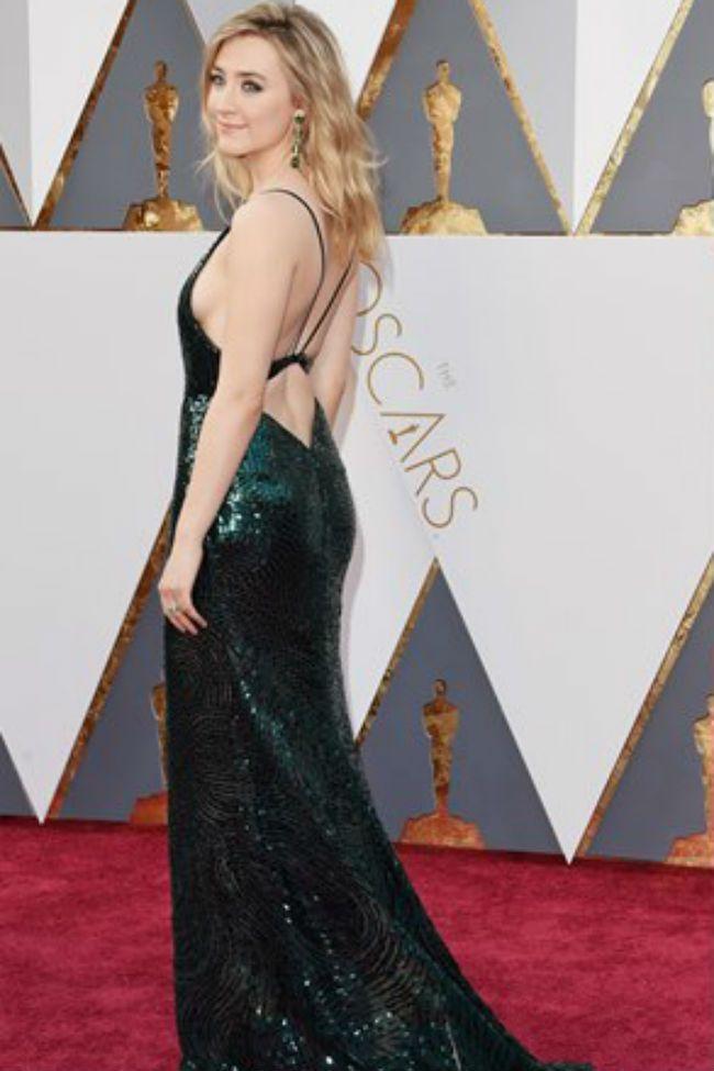 La gala de los Oscar es una de nuestras favoritas. En los Oscar de anoche pudimos ver los increíbles vestidos que desfilaron por la alfombra roja y en Modalia queríamos hacer un repaso de los mejores vestidos con escotes en la espalda de la gala.  #Modalia #Oscar2016 #Vestidos #Escotes #Espalda | http://www.modalia.es/celebrities/los-oscar/10492-vestidos-con-escote-espalda-gala-oscar-2016.html
