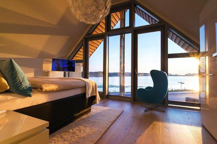 Hier werden Urlaubsträume wahr: Neu und hochwertig eingerichtetes Ferienhaus mit Sauna, WLAN und Kaminofen sowie zwei großzügig gestalteten Terrassen in perfekter Lage zur Ostsee. Bei schlechtem Wetter tröstet Sie die tolle Ausstattung des Hauses mit sky-Pay-TV (Cinema, Sport und Bundesliga) und Netflix.