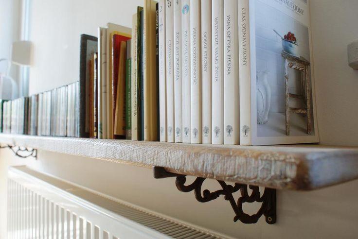 Półka na książki w stylu retro, a pod spodem... naturalnie nasze uchwyty! ;)