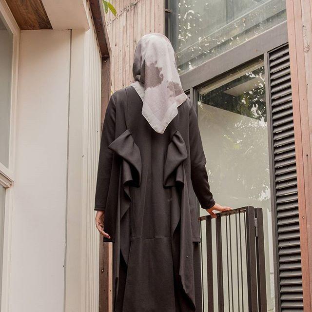 .  Zaylee Top Black  IDR 445.000 ➡ 385.000 (promo)  .  Lenght : 75 cm (Application : 110cm)   Bust : 106 cm  Material :  Scuba  .    Order whatsapp Admin +62 812 14318090  .