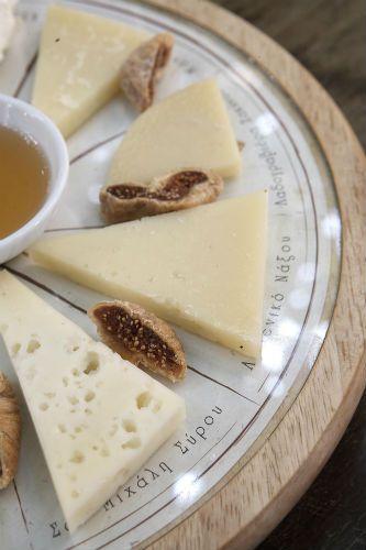 Ένα απολαυστικό πλατό τυριών στο γιορτινό τραπέζι - Τυρί - αθηνόραμαUmami.gr