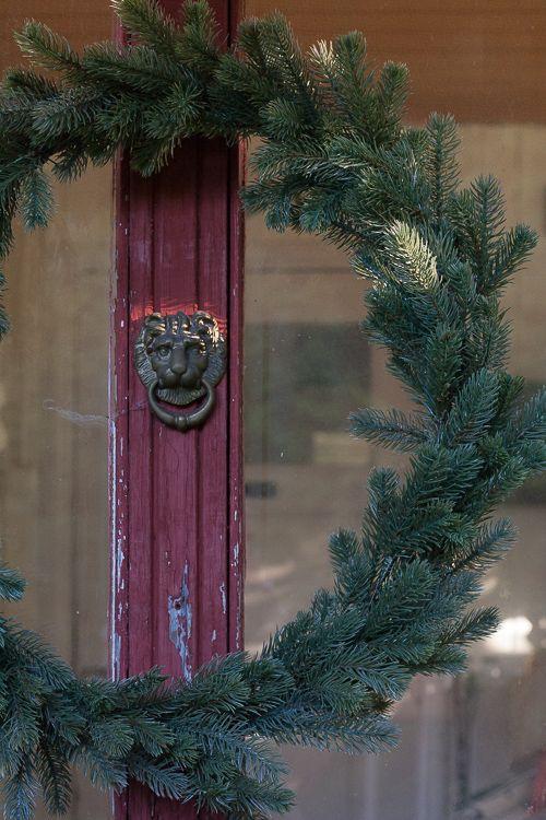 """""""Ei tarvittu kuin yksi hulavanne, puolitoista havunauhaa ja muutama nippuside niin syntyi sopivan suuri havukranssi joka ei varise ja kestää vielä tulevatkin joulut."""""""