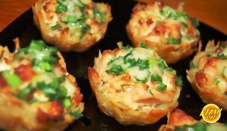 Тарталетки из картофеля с куриным филе под чесночно-сырным соусом Ингредиенты: Филе курицы - 700 г Майонез домашний/йогурт натур. - 200 г Чеснок - 3 зубчика Картофель - 6-8 шт (не большие) Сыр твердый - 100-200 г Зелёный лук Соль Приготовление:  Шаг 1 Куриное филе нарезать средними кубиками. В сковороду налить немного воды, добавить майонез и выложить кусочки куриного филе. Посолить. Тушить под крышкой 30 мин. Добавить нарезанный чеснок. Начинка для тарталеток готова. Шаг 2 Почистить и…