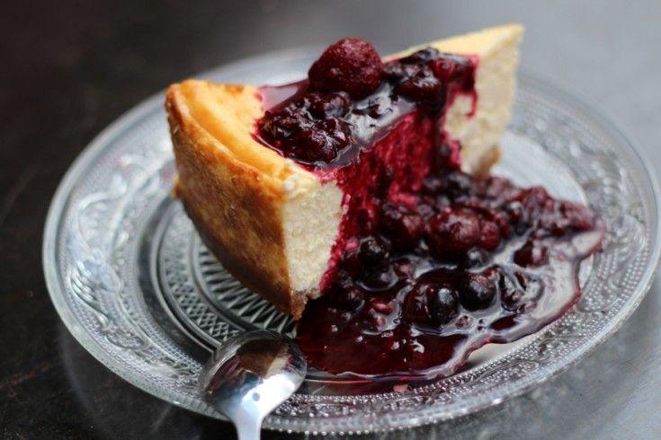 Restaurant STEK is een heerlijke hotspot in Amsterdam. Omdat wij zo genoten van hun New York cheesecake, ontfutselden we chef Harriet het recept. Verwarm je oven voor op175 ºC. Maak de bodem door de koekjes met de suiker en de boter in de keukenmachine te verkruimelen. Doe de kruimels in een ronde (ingevette) springvorm van …