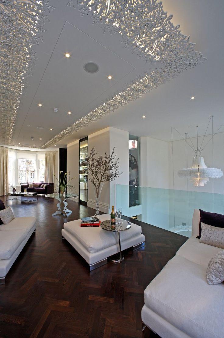 Креативный подвесной многоуровневый потолок с подсветкой, расположенной за ажурным кантом из полиуретановой лепнины