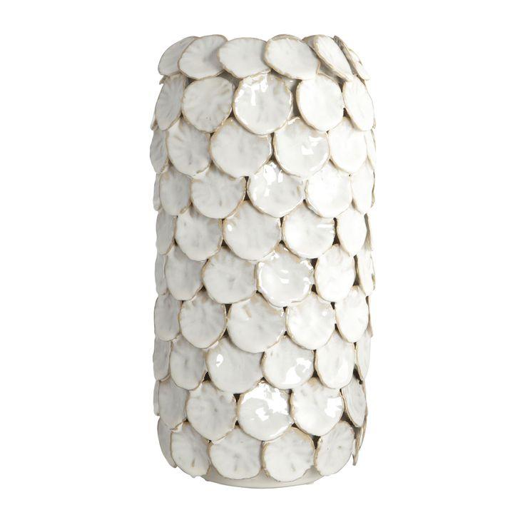 Terug van weggeweest is deze populaire House Doctor vaas Dot. De sociale media en blogs van interieurliefhebbers uit Scandinavië, staan vol met deze opvallende vaas. De vaas is gemaakt van aardewerk, heeft een glanzende, witte kleur en lijkt te bestaan uit allemaal stippen - dots. Speels, stijlvol en gemakkelijk te combineren binnen diverse interieurstijlen. Verkrijgbaar in twee formaten en leuk te combineren als set!  Afmetingen:  dia.: 15 cm, h.: 30 cm. Materiaal: geglazuurd aardewerk.