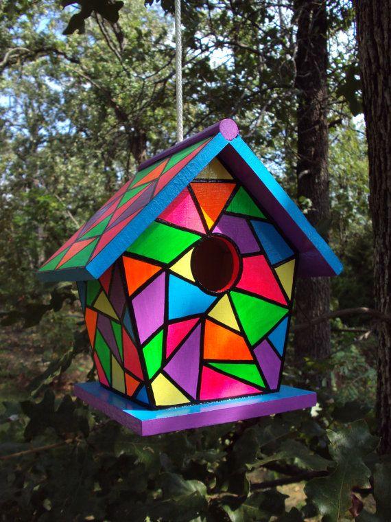 Ce nichoir est peint avec des couleurs vives pour ressembler à une conception de vitraux. Les couleurs vives utilisées sont peints avec une peinture acrylique à la main et incluent bleu jaune, violet, rose, vert, orange et tropical, les lignes sont peintes en noir. Ce nichoir bois a trois couches de peinture et deux couches de vernis damar, donc la peinture durera. La taille de ce nichoir est de 5 1/2 pouces à sa base larges et profondes, de 7 1/2 pouces de hauteur et 7 1/2 pouces de large…