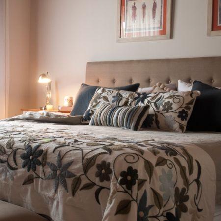 Conjunto de almohadones y pie de cama con flores bordadas a mano con lana mezcla con poliester. Tienda de Costumbres