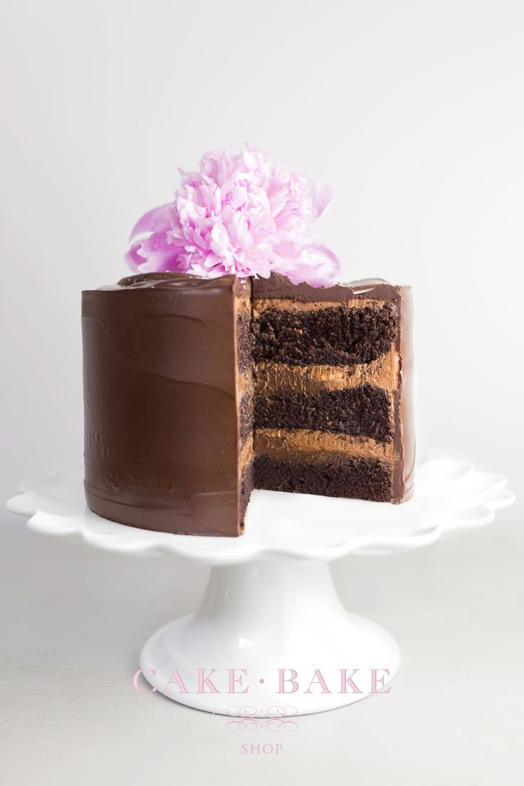Earls-Court - 3 layers of French Valrhona chocolate cake top with a layer of Belgian chocolate ganache, filled with a malted cream and topped with a dark chocolate fudge frosting. Sprinkled with Fleur de Sel