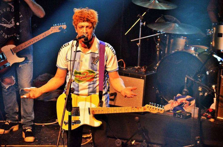 Pity Álvarez, hincha de Cerro | En su nueva presentación en Montevideo, el cantante de Viejas Locas portó la camiseta del club deportivo sobre el escenario