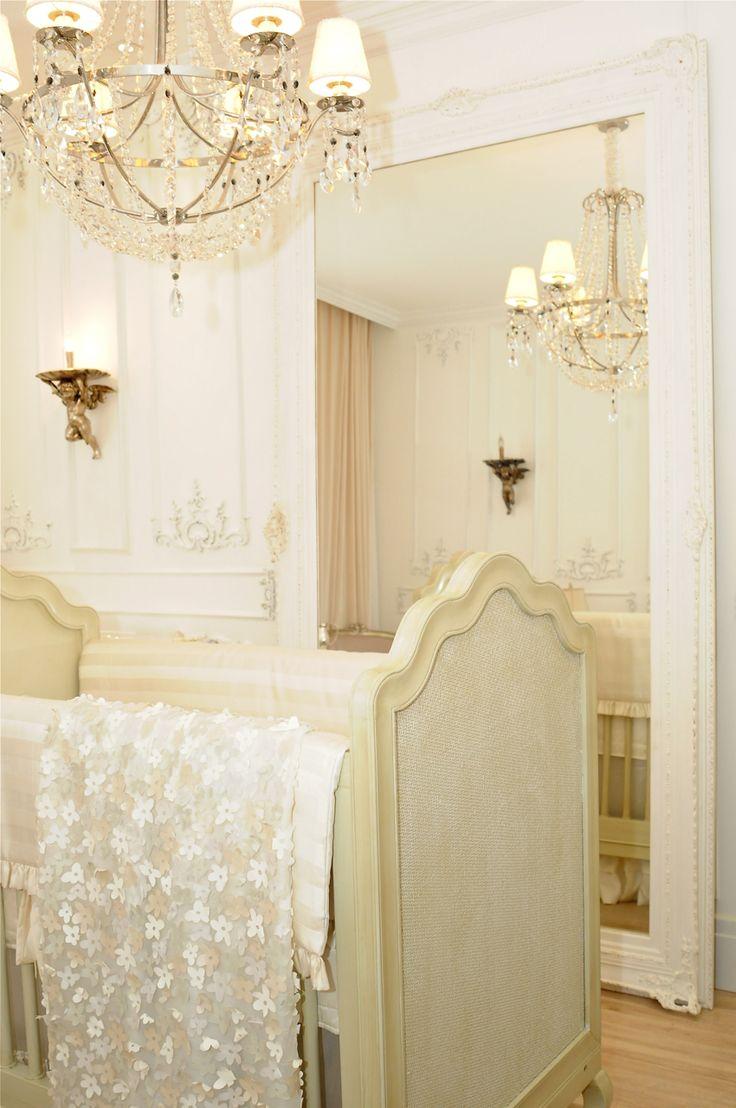 Casa Cor 30 anos   Almoço de sexta - quarto de bebê todo em tons de bege e detalhes em madeira e dourado. utilizou elementos clássicos, boiseries e molduras na parede, pendente clássico e berço no centro do ambiente.