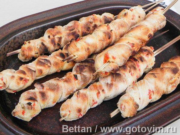 Хлеб с печеным перцем на шпажках, приготовленный на гриле