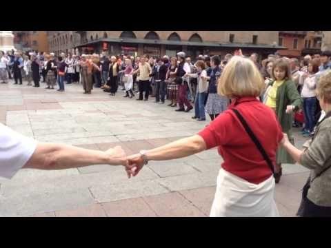 Balli popolari in piazza Maggiore a Bologna