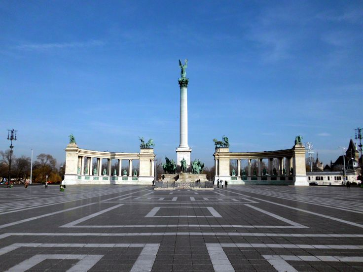 Hősök tere. Heroes' square. The statue complex named the Millenium Memorial was completed in 1900.