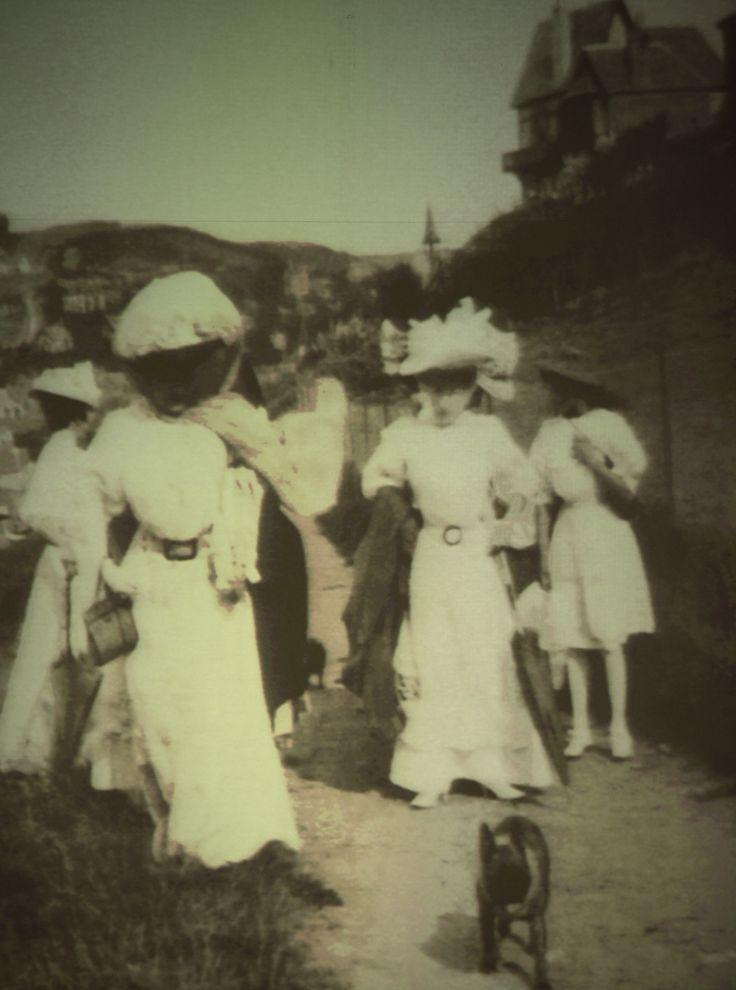 Spose di Fiaba,ispirazione toscana 1900,con molto romanticismo spiritoso. Brides of Fairy Tale, Tuscan-inspired 1900 with very witty romance. Picture from J.H.LARTIGUE,Etretat 1910.