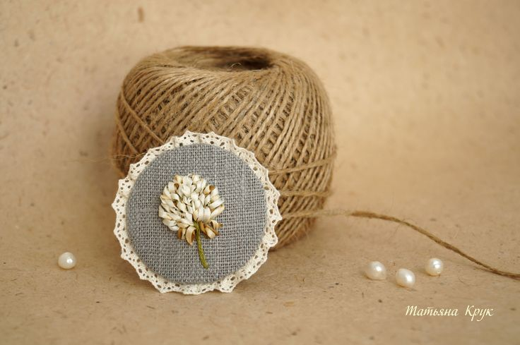 Клевер, вышивка лентами, миниатюрная брошь, хлопковое кружево