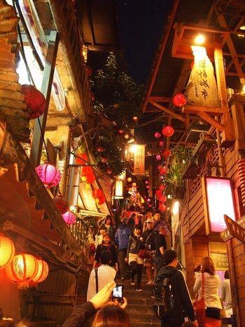 夜の街並みはまた違う顔を見せます。この階段を上ると不思議な世界に続いてそう!