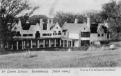Groote Schuur - Agterkant van die Groote Schuur boerehuis, c1905.- Die landgoed Groote Schuur, wat sy naam aan die Hoërskool Groote Schuur, die Laerskool Groote Schuur en Groote Schuur-hospitaal verleen het, was oorspronklik in 1657 'n bergplek van die Verenigde Oos-Indiese Kompanjie. Dit het later 'n boerehuis in private besit geword.