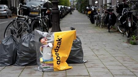 Ce sac poubelle jaune est prévu pour recevoir les objets encore utilisables, et prolonger leur durée de vie. Il fallait y penser.